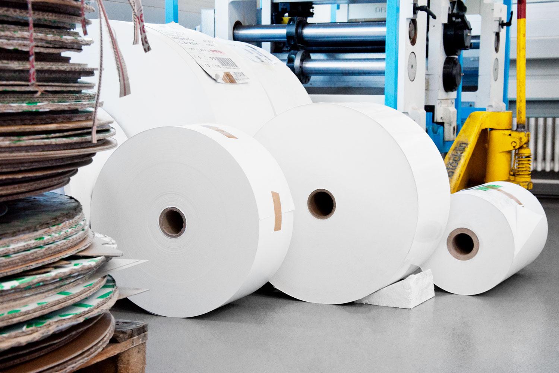 Papierrollen in der Produktion bereit zur Weiterverarbeitung.