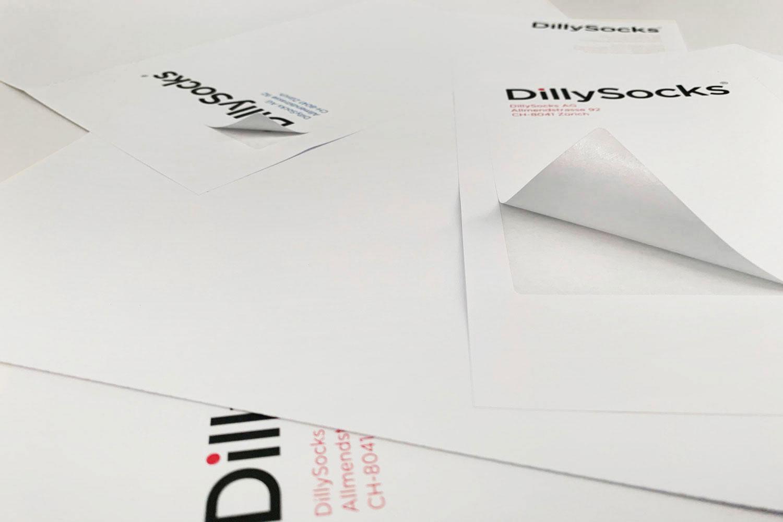 Mehrere Briefpapiere einer Firma ausgelegt.