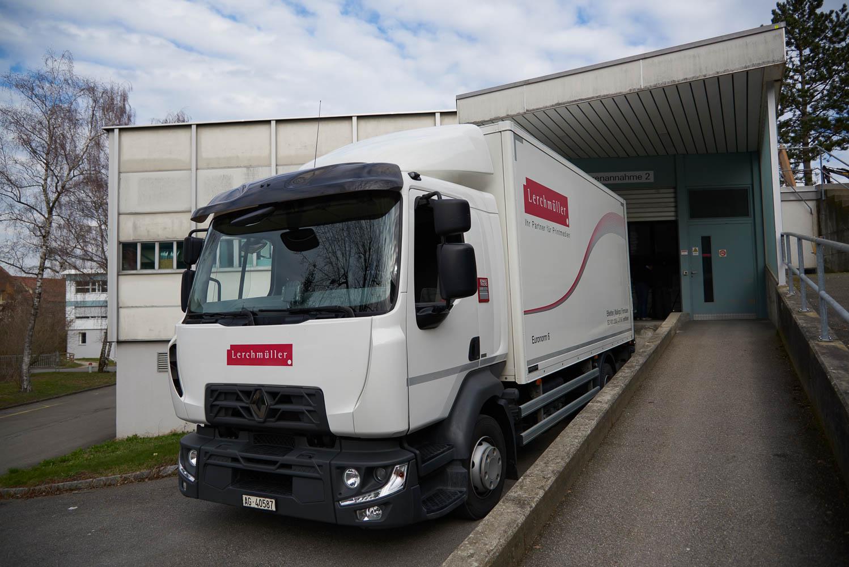 Ein Lastwagen der Firma Lerchmüller an der Rampe der Warenauslieferung bereit zum Beladen.