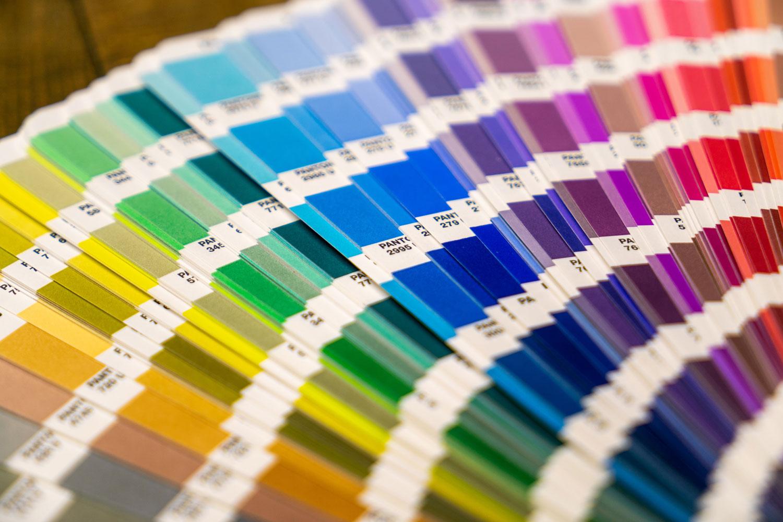 Pantone-Farben aufgefächert.