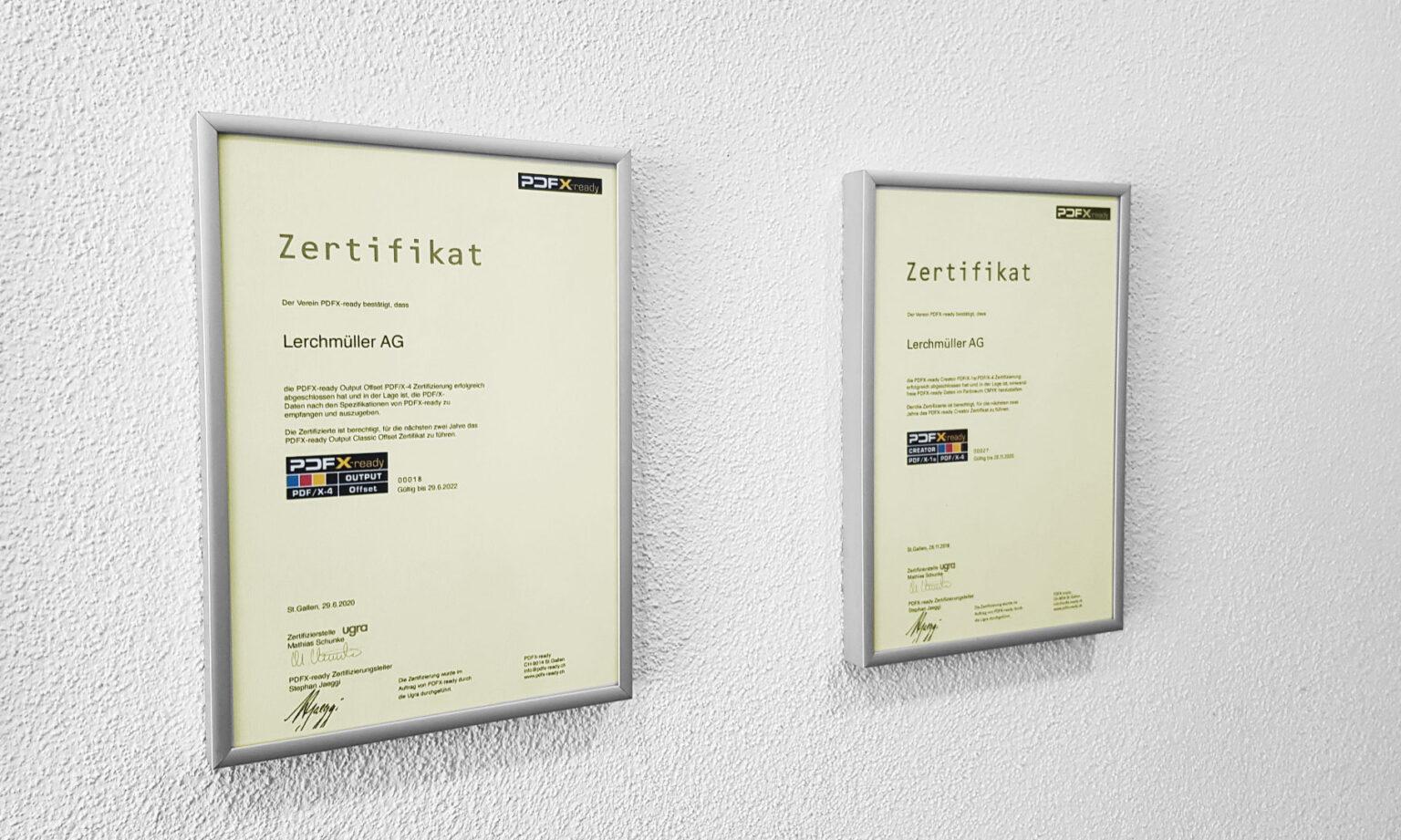 Zwei Zertifikate unserer Firma an der Wand.