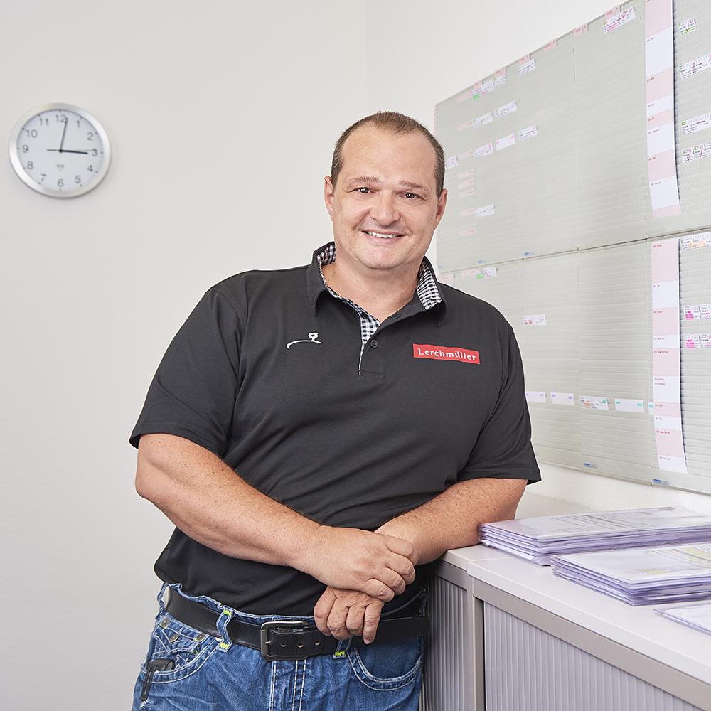 Markus Widmer steht in seinem Büro vor der Produktionsplanungswand.