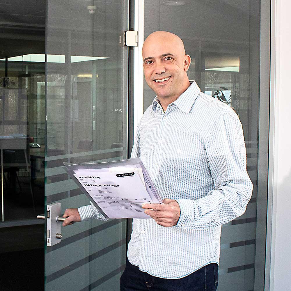 Rico Meier vor einer Bürotür