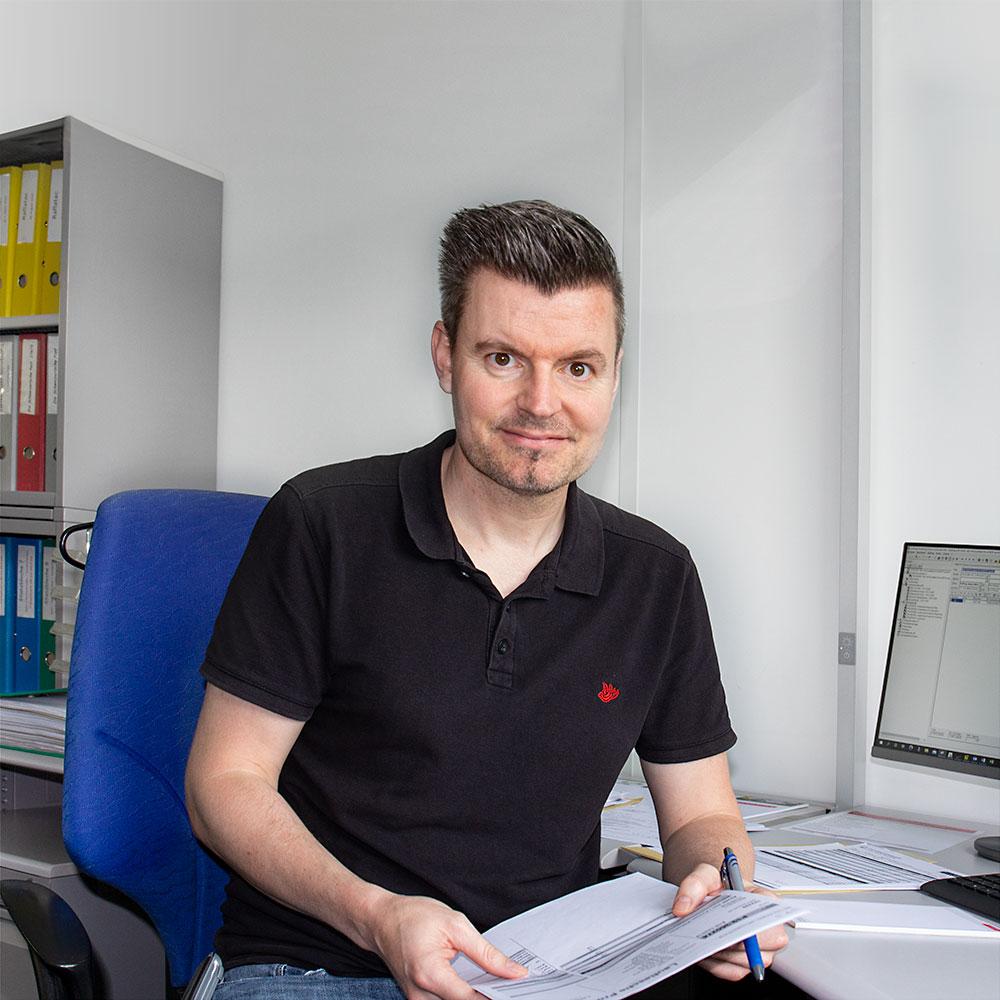 Unser Etiketten-Profi Stefan Hochstrasser an seinem Arbeitsplatz
