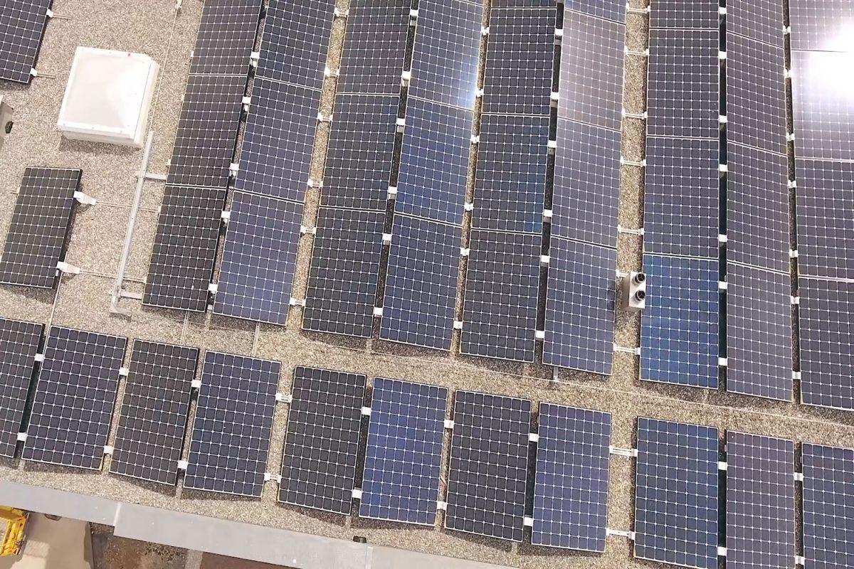 Eine Solaranlage auf dem Dach von oben.