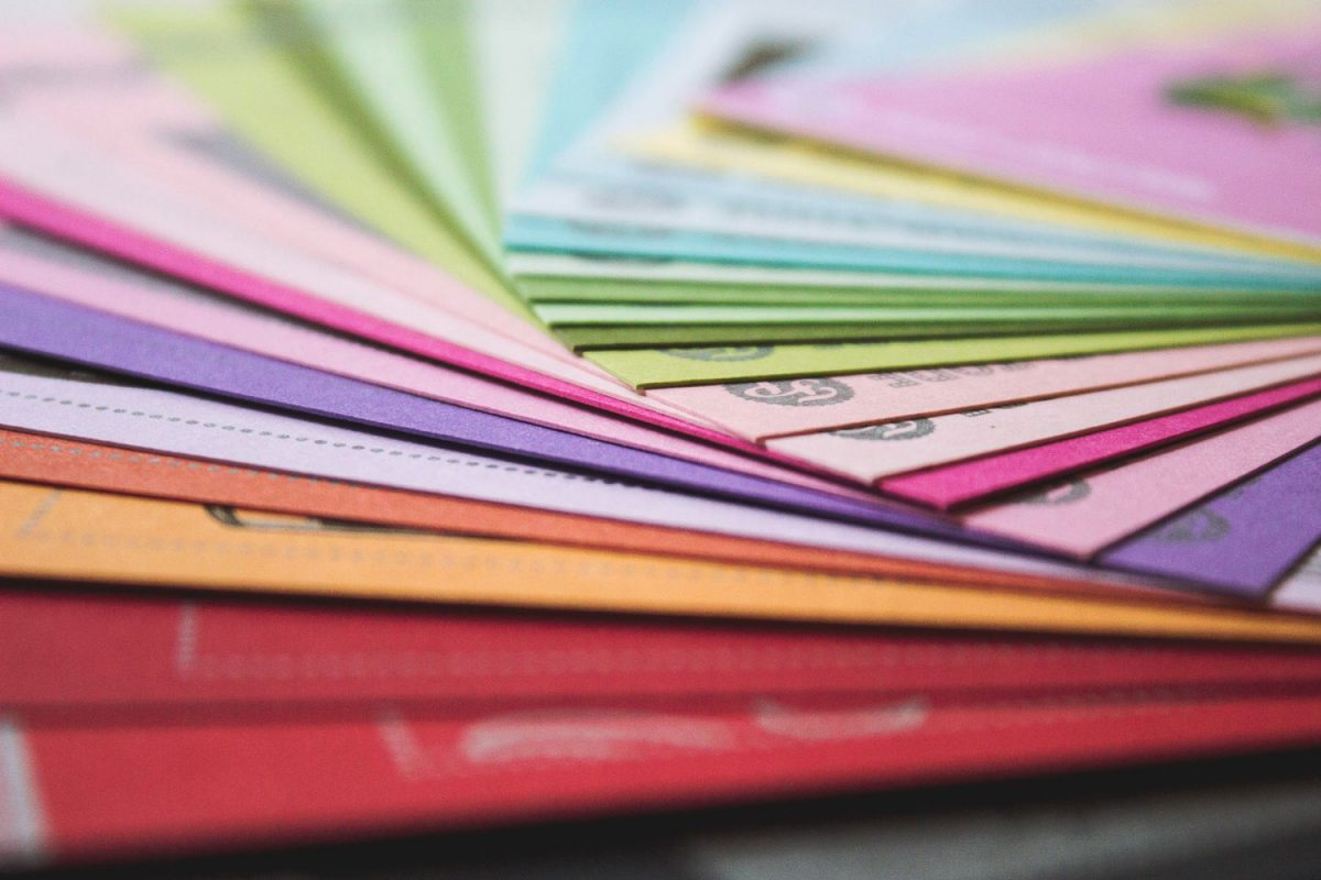 Farbige Papiermuster aufgewächert zur Auswahl.