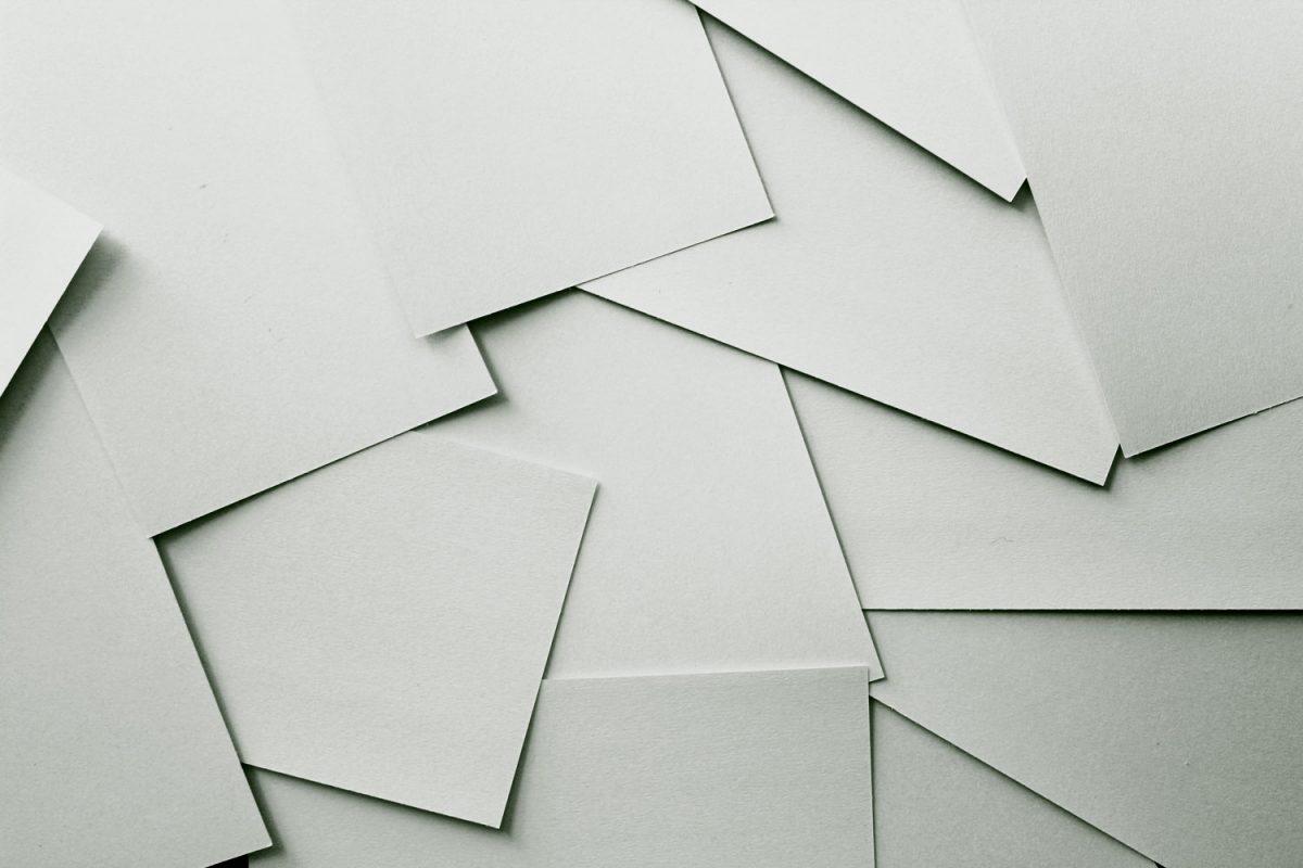 Papierhaufen von oben fotografiet.