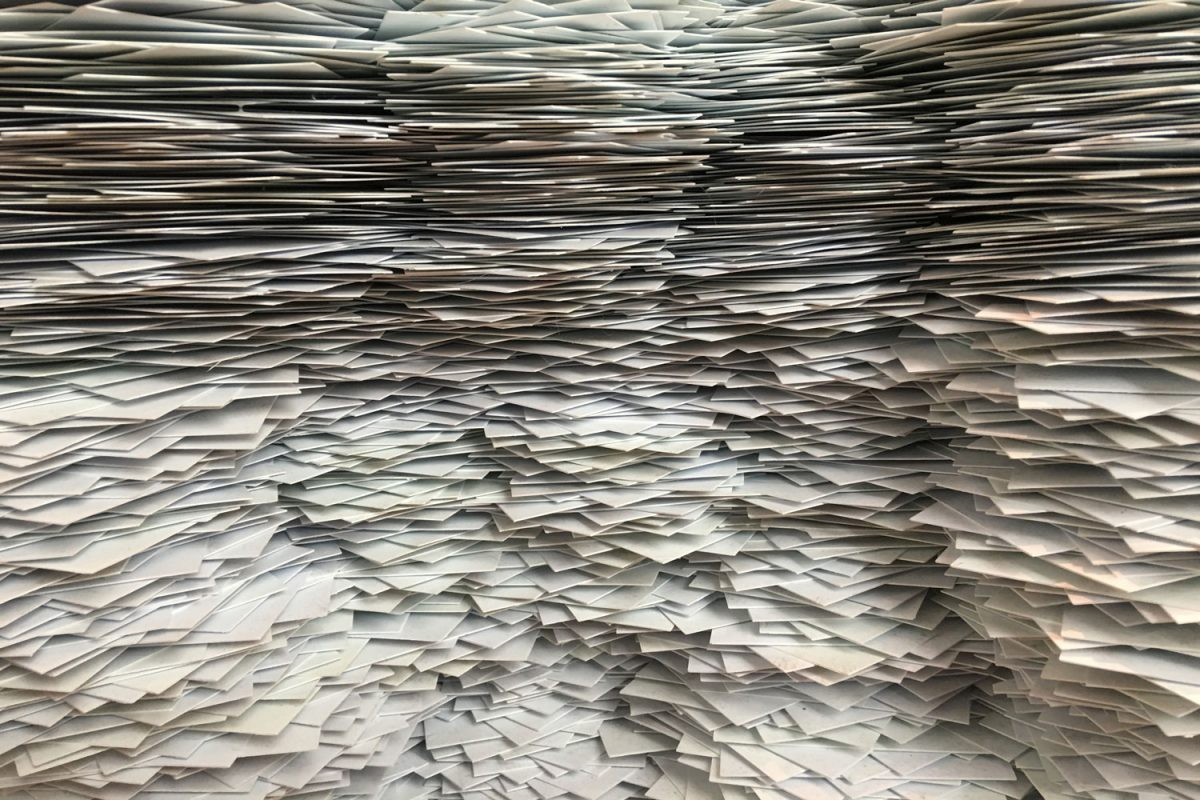 Gestapelte weisse Papiere von der Seite.