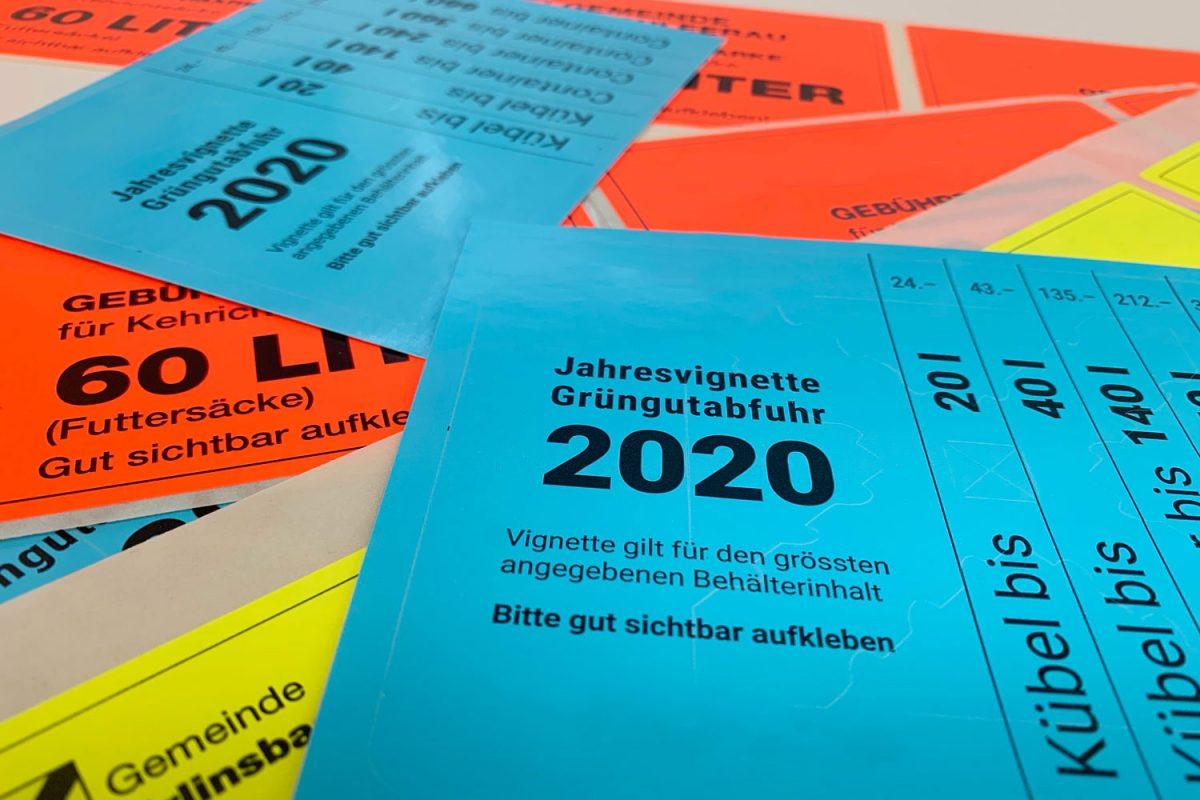 Blaue, orange und gelbe Beispiele von Gebührenetiketten.