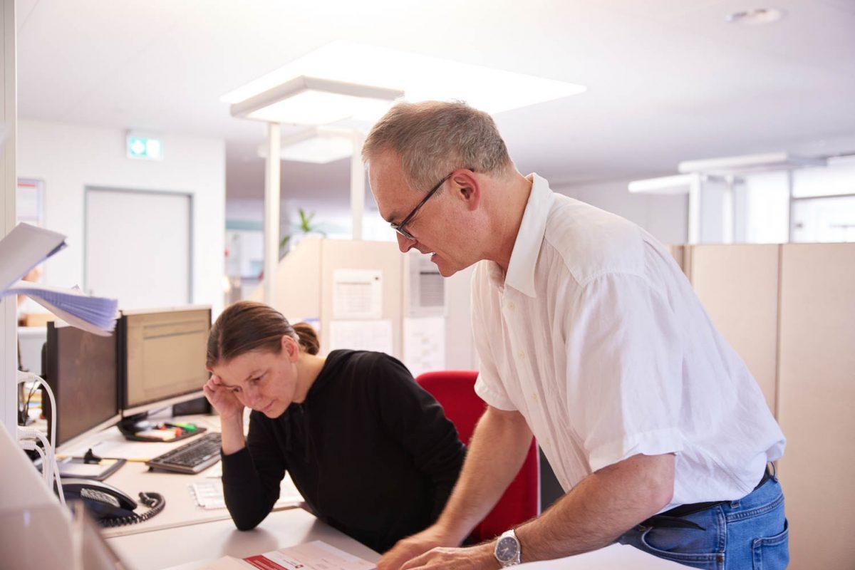 Unser Korrektor und eine Sachbearbeiterin beim Optimieren eines Druckauftrages.