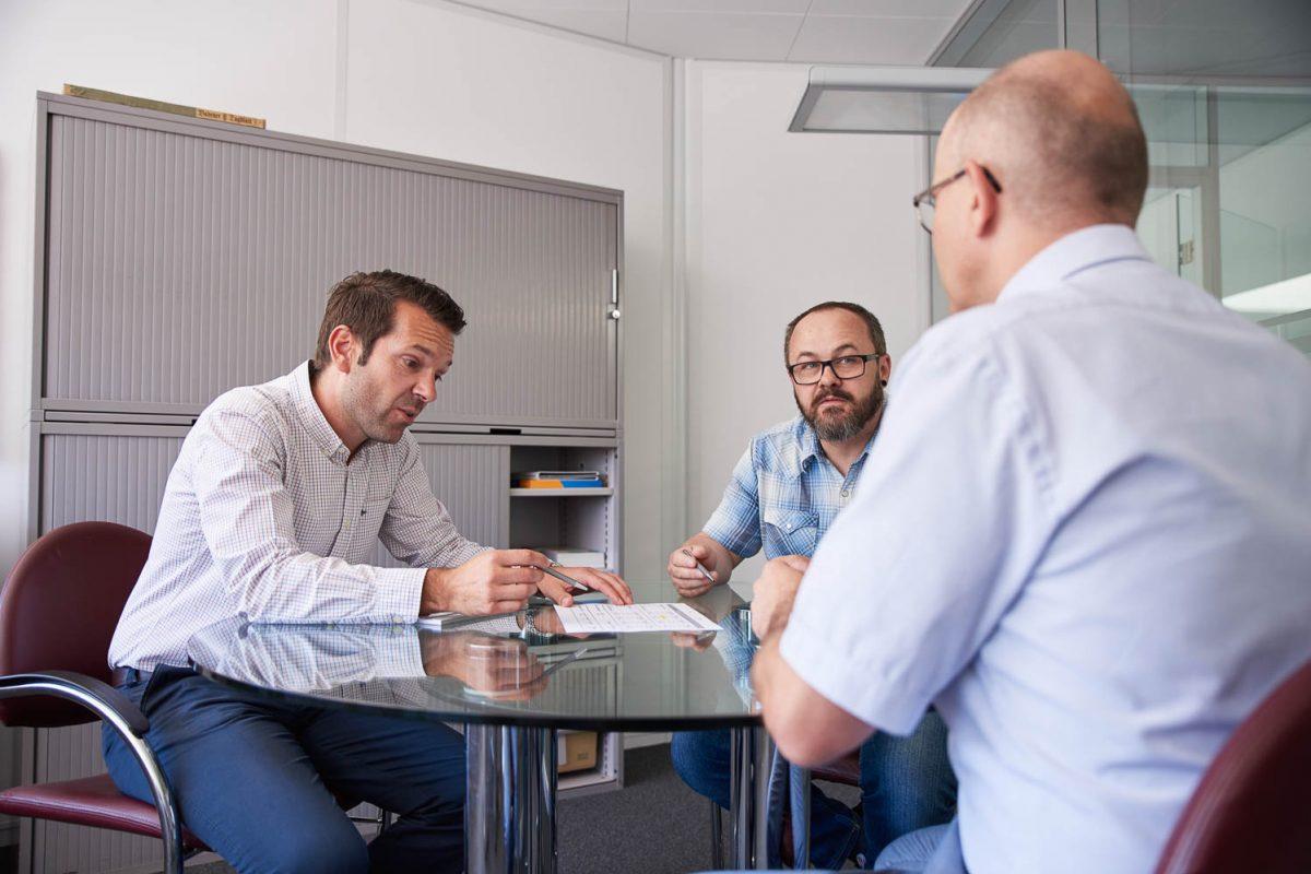 Unsere Aussendienstmitarbeiter in einer Besprechung mit einem Sachbearbeiter.