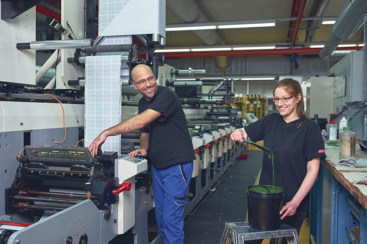 Unser Drucktechnologe und Drucktechnologin in Ausbildung bei der Herstellung von Produktetiketten.
