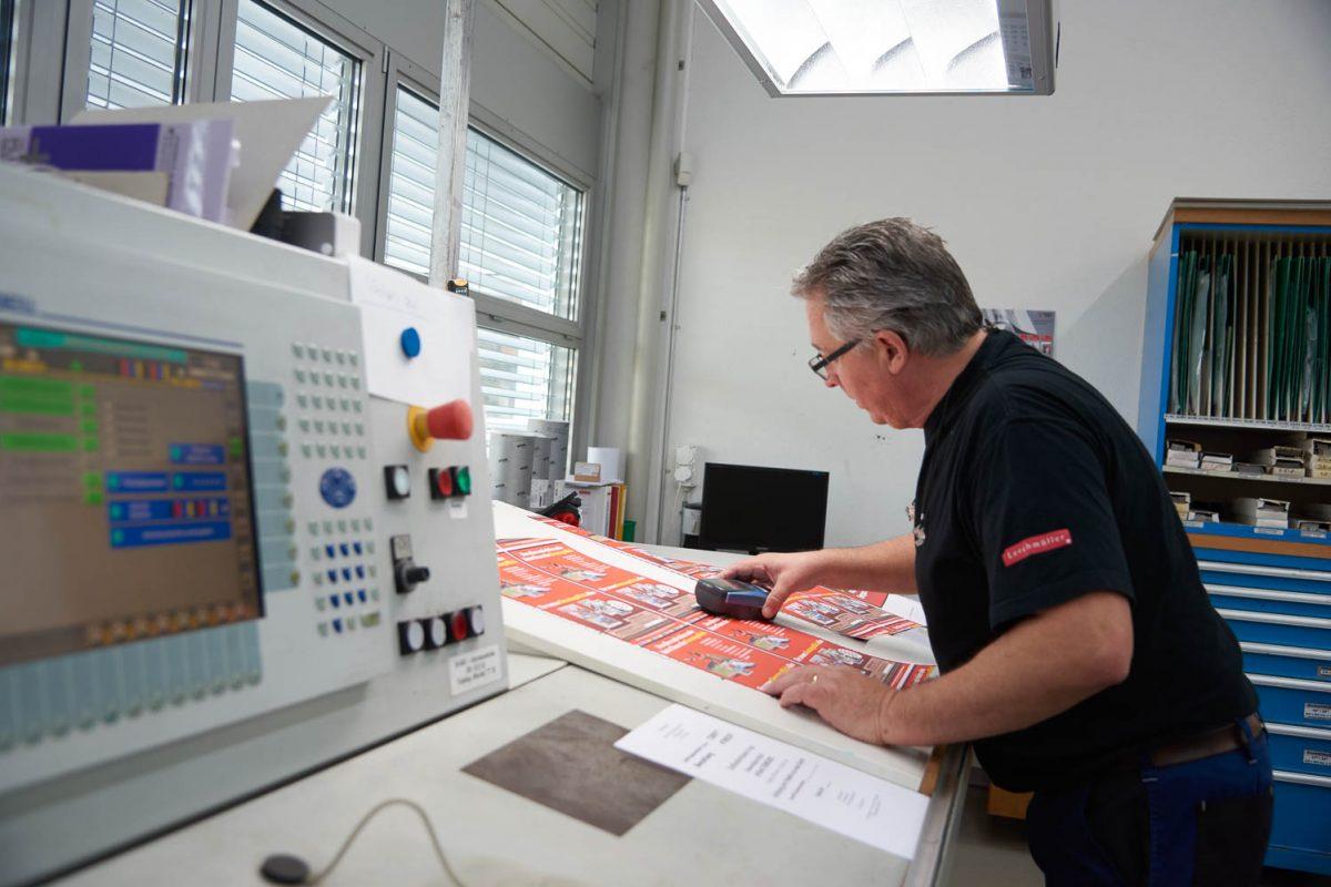 Unser Drucker bei der Überprüfung des Farbtones.