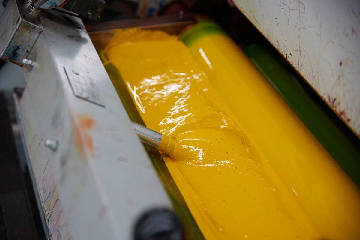 Ein Druckwerk mit gelber Farbe.