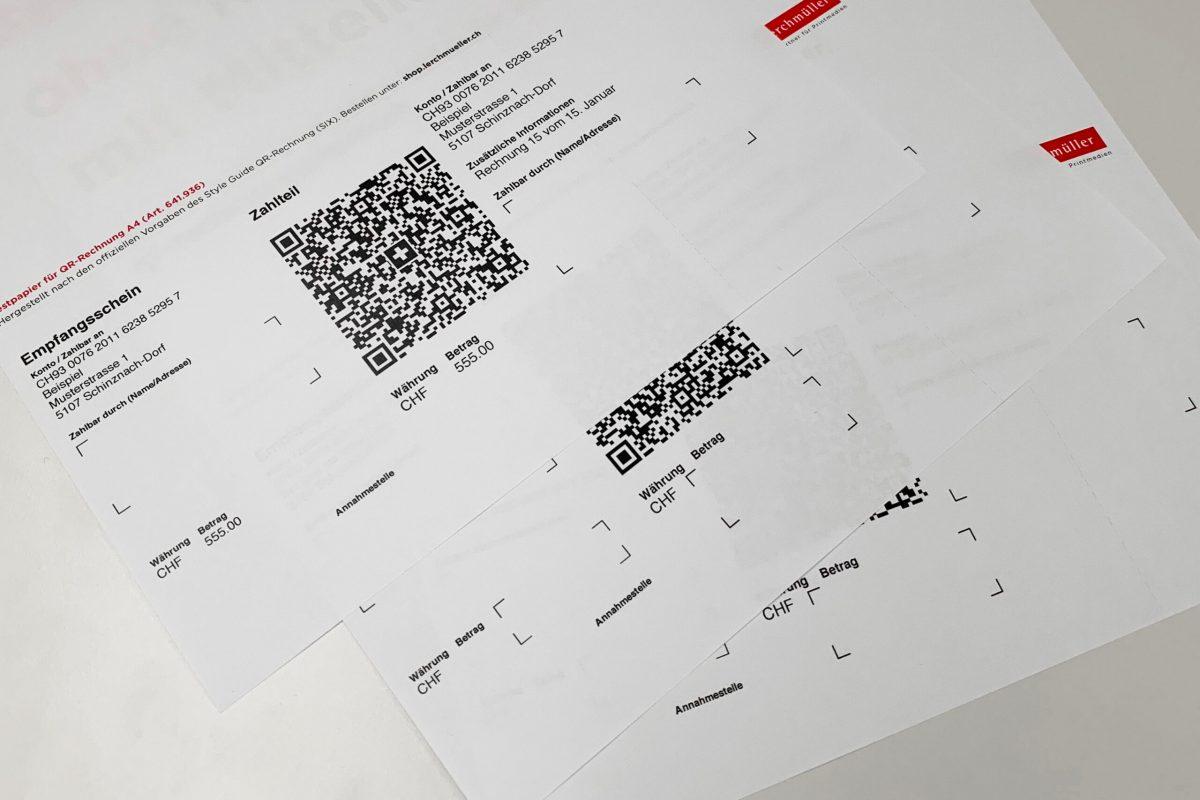 Foto von 3 QR-Rechnungen auf einem Tisch.
