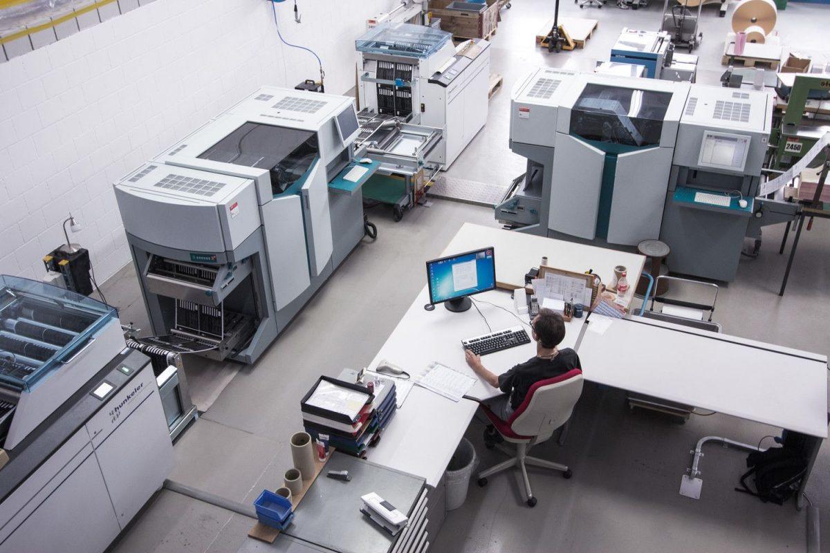 Foto von Vogelperspektive über den Arbeitsplatz in der Produktion.